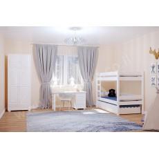 חדר ילדים מעץ מלא עם מיטה ארון ושולחן